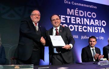 Enrique Sánchez Cruz y el presidente de la FedMVZ, Edmundo Villarreal González