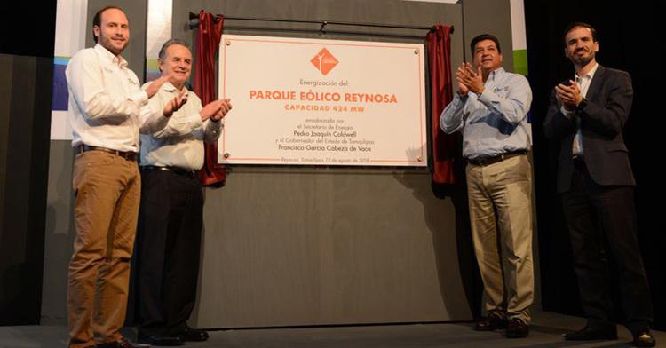 Develación de la placa del Parque Eólico Reynosa, a cuadro el Secretario de Energía, Pedro Joaquín Coldwell con el Gobernador de Tamaulipas, Francisco García Cabeza de Vaca.