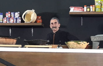 Chef Yuri de Gortari dando taller de comida prehispánica