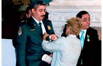 Inspector Jefe Castañeda recibe Condecoración y Pergamino de manos de la Embajadora de España en México