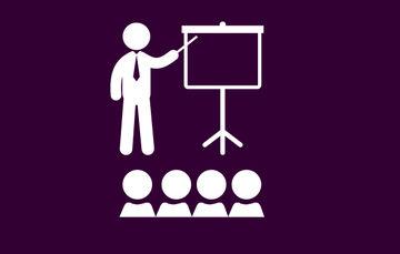 Imagen que demuestra la capacitación o el comunicado de información a un grupo de personas con fondo color morado
