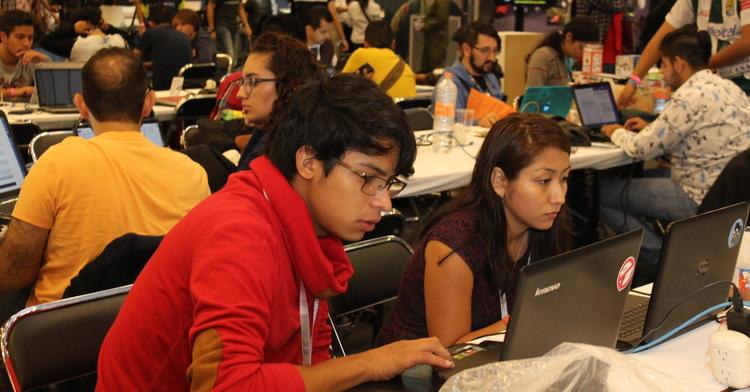 Jóvenes con computadoras, aprendiendo de las tecnologías