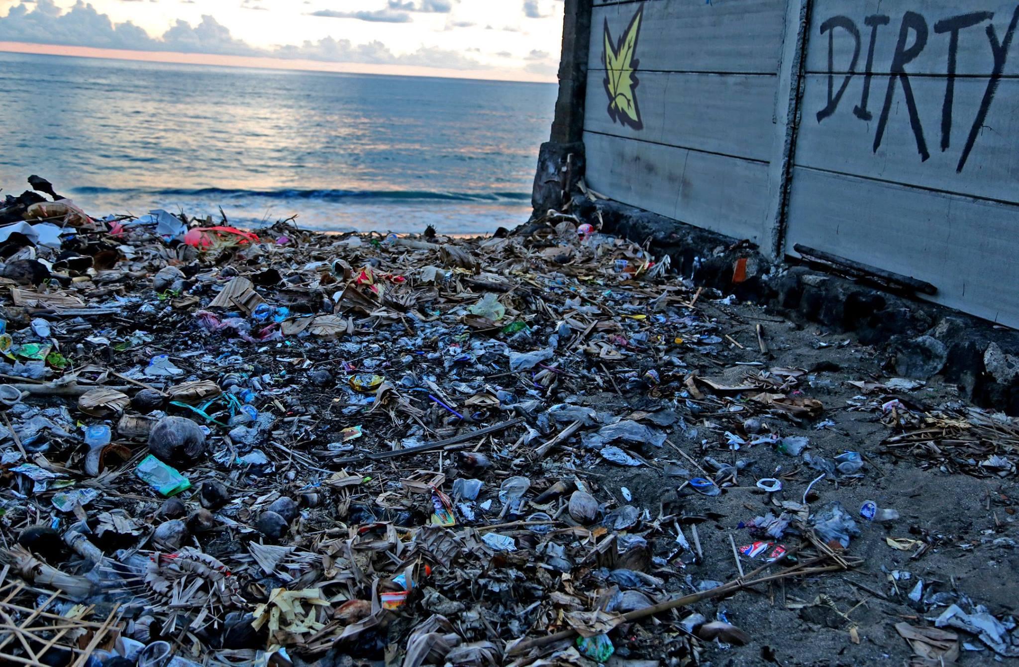 Vista general de residuos plásticos varios al pie de la playa.