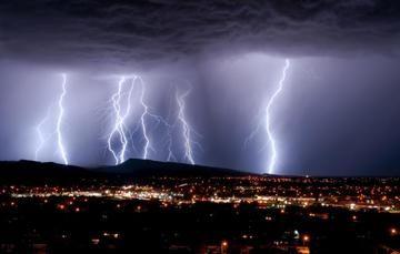Fotografía tomada de noche desde un mirador bajo una tormenta eléctrica.