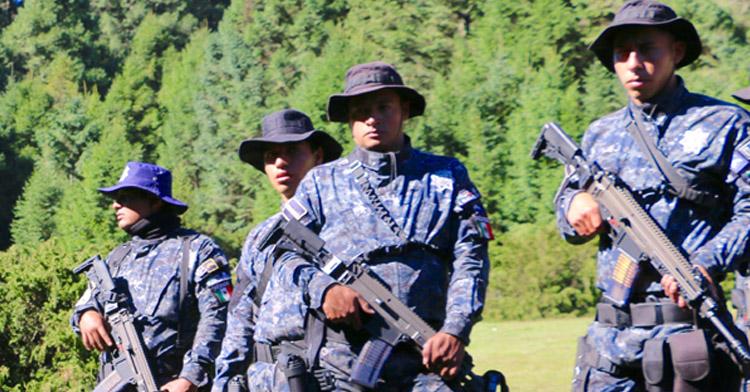 Retrato de grupo de cuatro gendarmes armados en bosque.