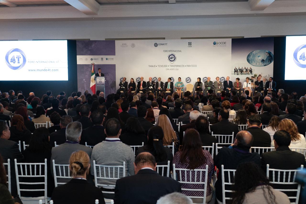 Se observa al Secretario del Trabajo y Previsión Social, Roberto Campa Cifrián, dando el mensaje inaugural del Foro Internacional Mundo 4T.