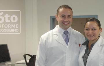 Médico y médica.
