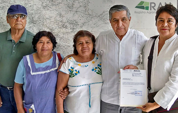 Delegado del Registro Agrario Nacional (RAN) en el estado de Oaxaca con ejidatarias durante #JuevesAgario