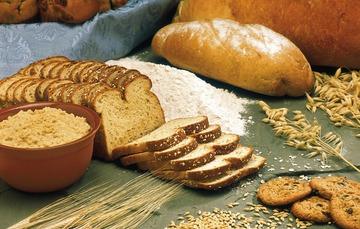 Mesa con pan, harina, trigo y galletas
