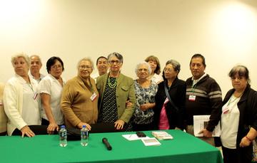 La licenciada Olga Sánchez Pérez se reúne con las personas mayores que asistieron a la plática Aspectos legales de la vejez.