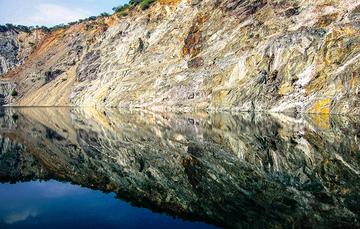 Formación rocosa reflejada en el agua