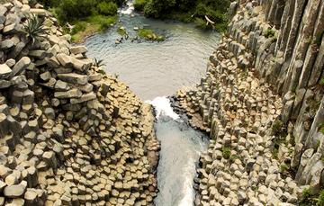 Fotografía de caída de agua en los Prismas Basálticos