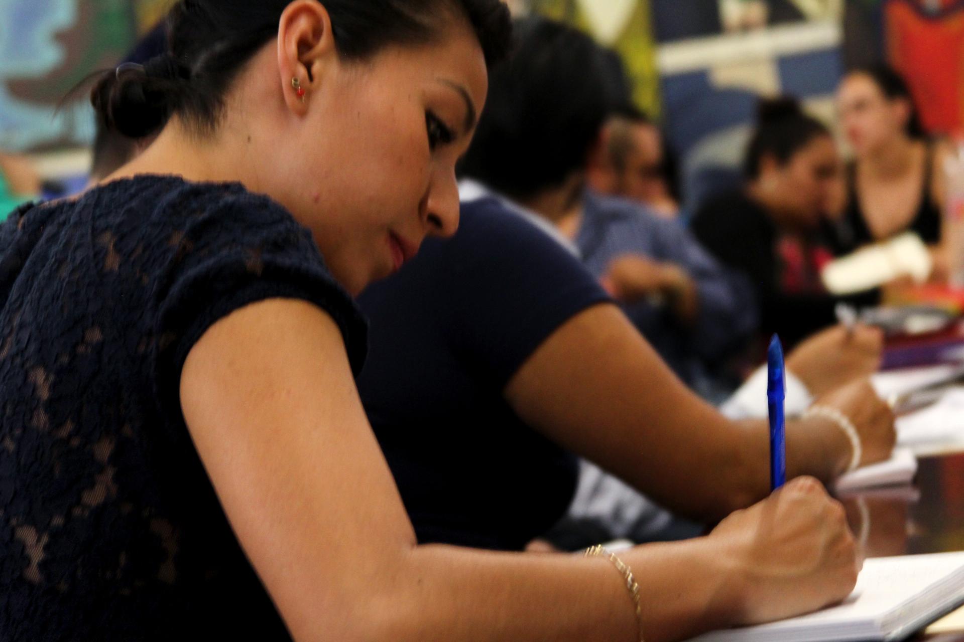 Joven mujer escribiendo en una libreta