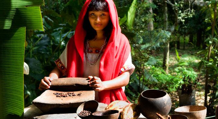 Joven mujer pulverizando cacao