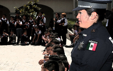 Policía federal realizando acciones de proximidad social.