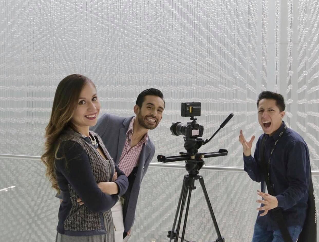 Jóvenes grabando con cámara