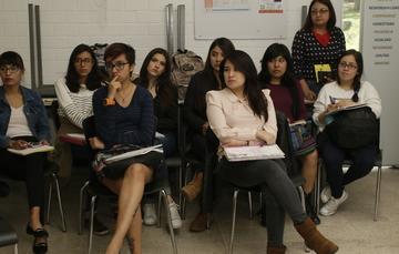 Mujeres Jóvenes en aula estudiando