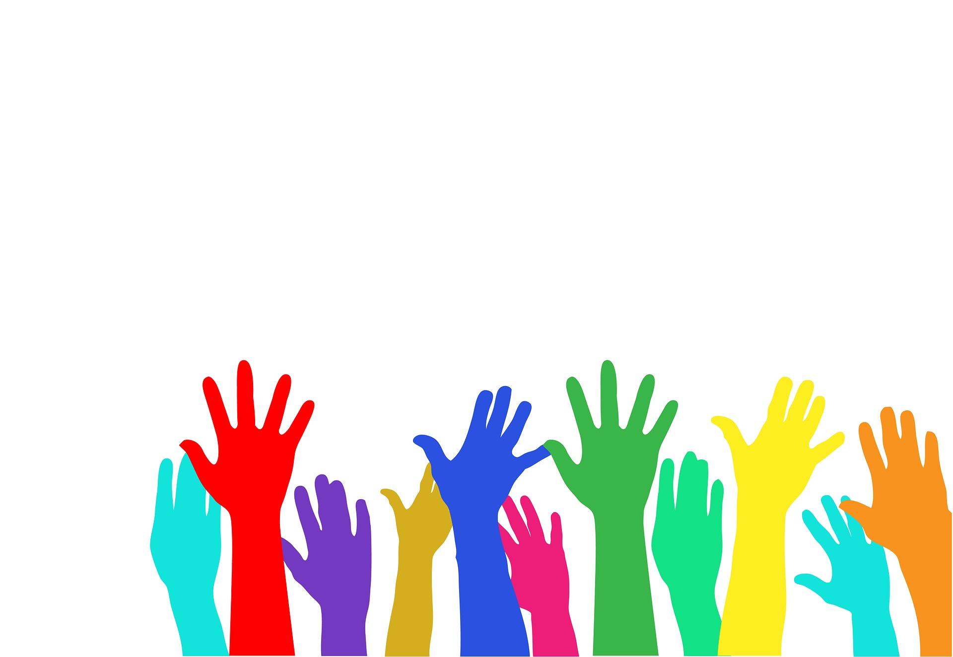 Manos de diferentes colores que representan la participación de todos en una democracia.