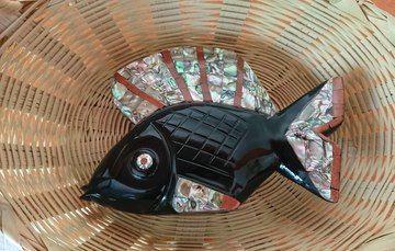 Pieza artesanal con forma de pez elaborado en obsidiana