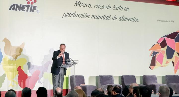 """Doctor Enrique Sánchez Cruz en el evento """"México, caso de éxito en producción mundial de alimentos, los firmantes destacaron los grandes logros que ha tenido nuestro país en materia de sanidad e inocuidad agroalimentaria""""."""