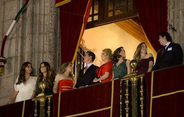 Presidente Enrique Peña Nieto, su esposa y sus hijos, presenciaron los juegos pirotécnicos con los que concluyó la fiesta popular conmemorativa del aniversario de la Independencia de México.