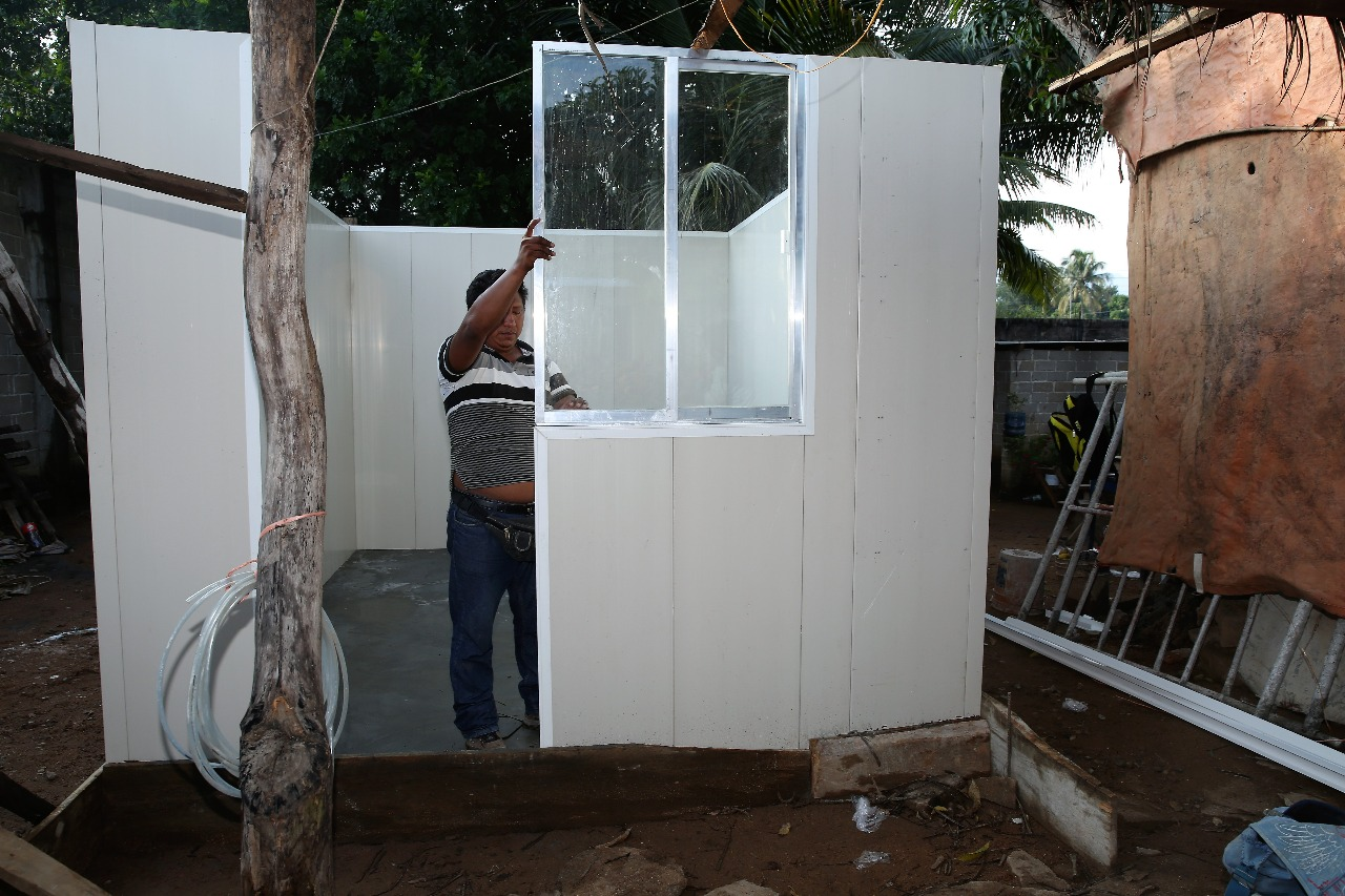 Hombre reconstruyendo una vivienda