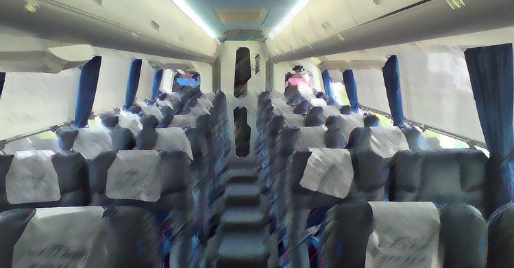 Interior de un autobús de pasajeros.