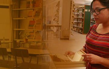 Del lado derecho: librero, sillas y pupitres. Del lado izquierdo: alumna frente a archivero.