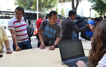Jóvenes inscribiéndose a un programa