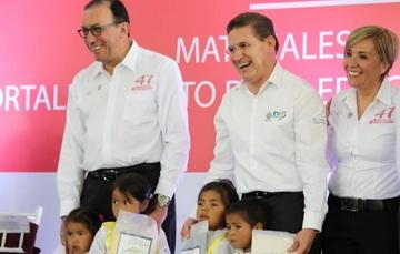 Enrique Torres Rivera, titular del Conafe, con José Rosas Aispuro, gobernador de Durango, y María del Pilar Espino, delegada estatal.