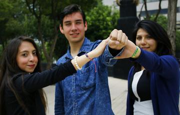 Jóvenes juntando su puño