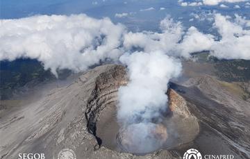 El día de hoy, con el apoyo de Policía Federal, se realizó un sobrevuelo de reconocimiento al volcán Popocatépetl. En el interior del cráter interno se observaron los restos del domo número 80, emplazado en agosto y destruido en las explosiones recientes.