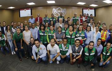El Vocal Ejecutivo, Luis Antonio Godina Herrera con el equipo de brigadistas del FOVISSSTE durante la clausura de la 7ma. Semana Nacional de Protección Civil