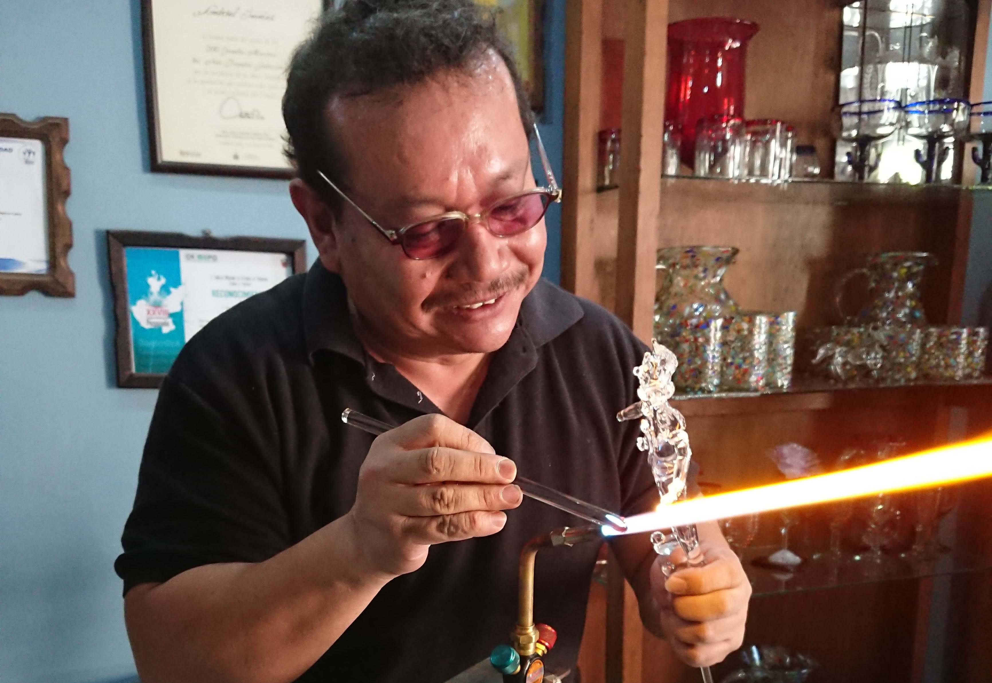 artesano elaborando una pieza de vidrio