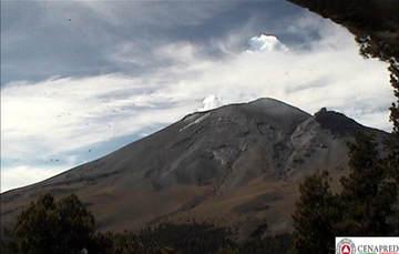En las últimas 24 horas, por medio de los sistemas de monitoreo del volcán Popocatépetl se identificaron 82 exhalaciones acompañadas de vapor de agua, gas y ligeras cantidades de ceniza. Así mismo, se registraron siete explosiones.