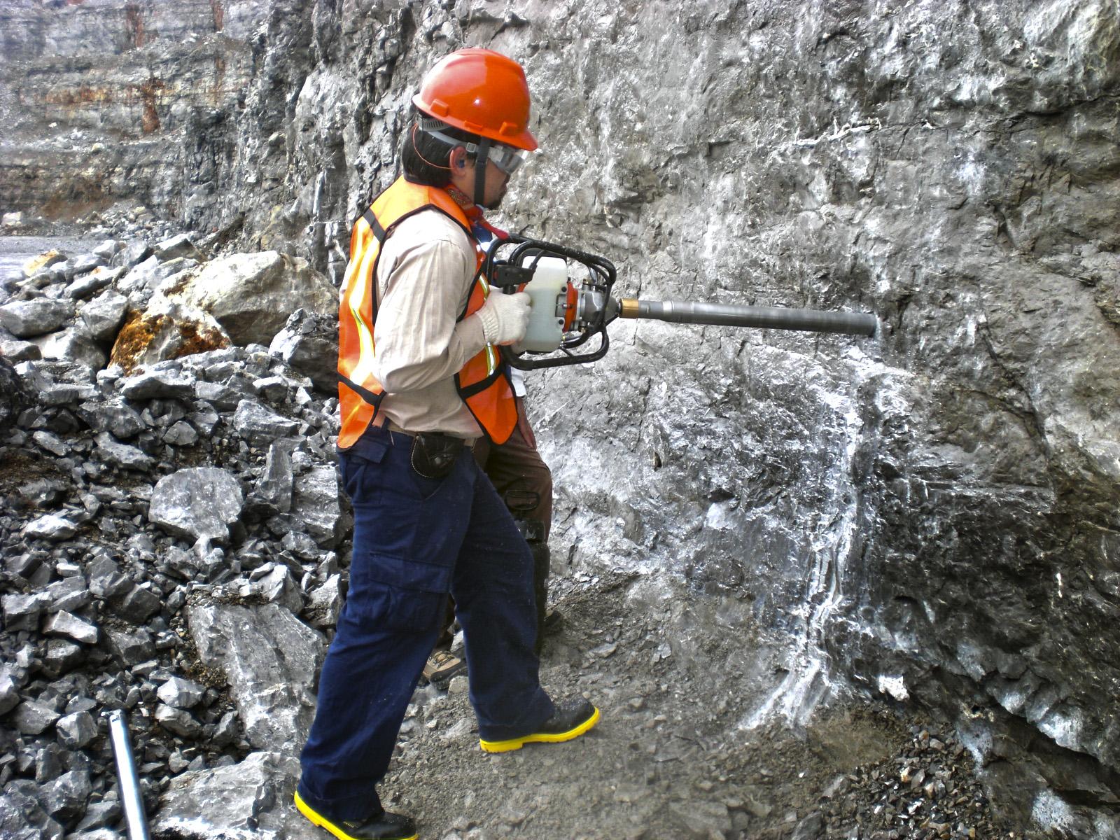 Hombre extrayendo petroleo