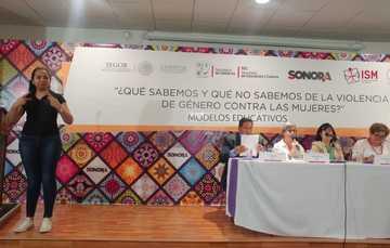 Panel con autoridades y expertas invitadas, se contó con traducción simultanea a lengua de señas mexicana.