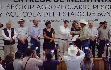 El Secretario de SAGARPA entregó incentivos al sector Agropecuario, Pesquero y Acuícola de la entidad, acompañado del Comisionado Nacional de Acuacultura y Pesca, Mario Aguilar Sánchez.