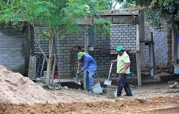 Trabajadores reconstruyendo una vivienda