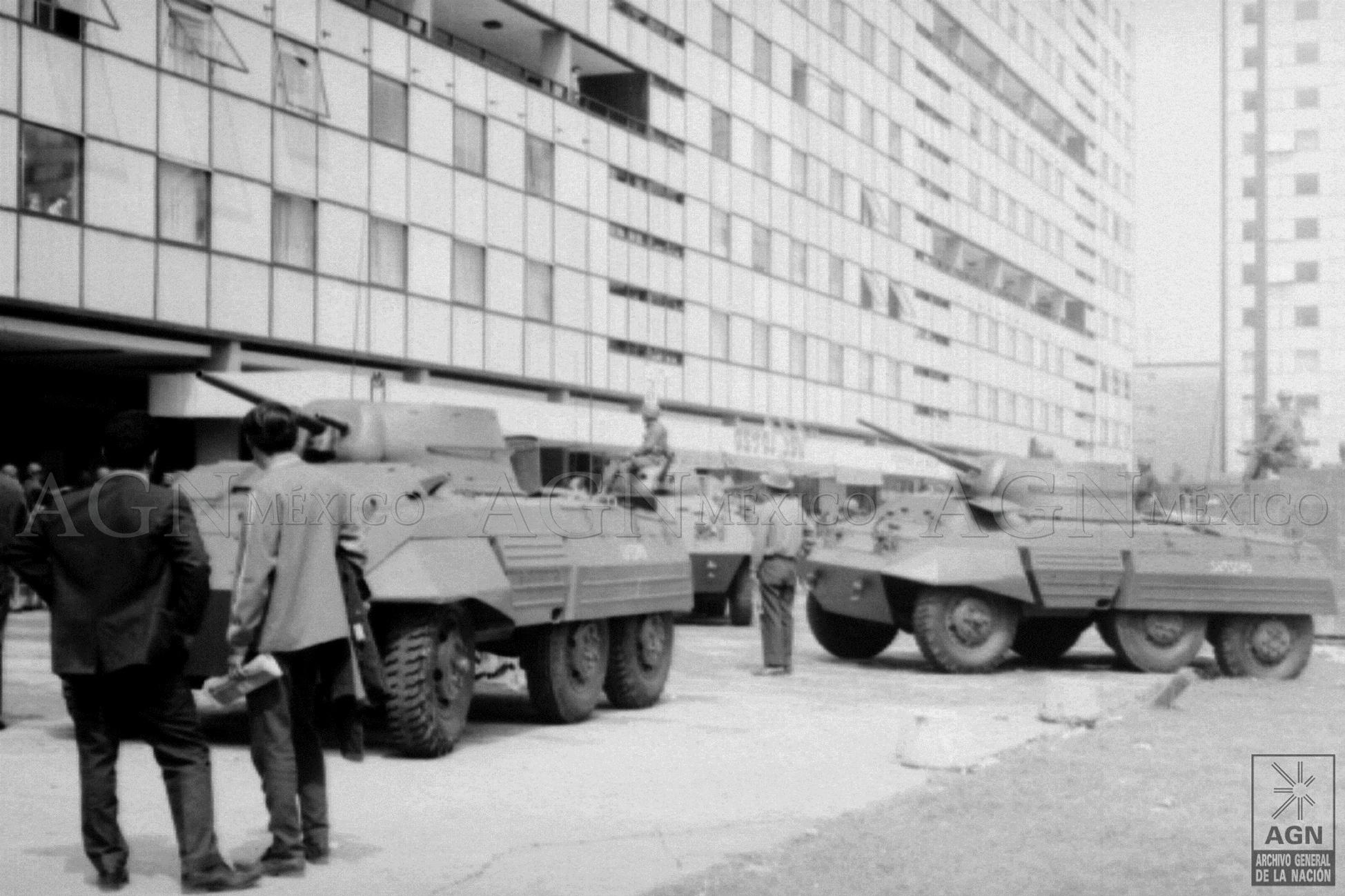 Camiones y carros de asalto 2 de octubre de 1968 AGN, Centro de Información Gráfica, Hermanos Mayo/Cronológico, sobre 24599