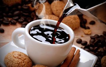 taza de café con galletas y granos de café
