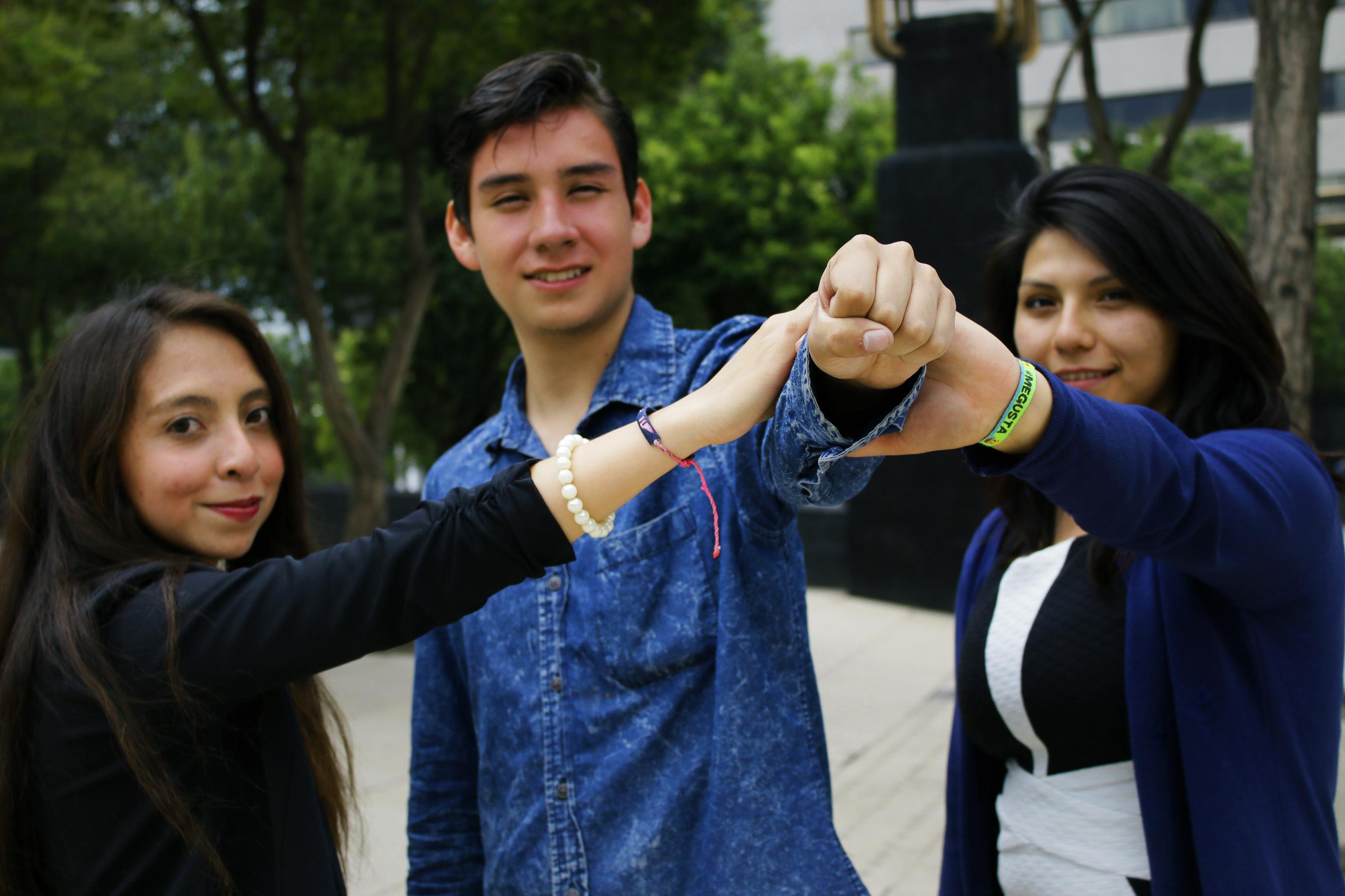 Jóvenes en lucha de la diversidad uniendo sus manos