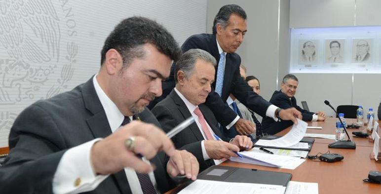 El Secretario de Energía, Pedro Joaquín Coldwell, acompañado por el Subsecretario de Planeación y Transición Energética, Leonardo Beltrán Rodriguez, durante la firma de convenios con Reino Unido y Francia.