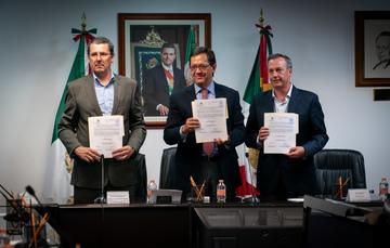 Imagen del Convenio de Revisión Integral del Contrato Colectivo de Trabajo entre ASPA de México y Aeroméxico, siendo testigo el Secretario Campa. Los tres representantes sostienen el convenio.