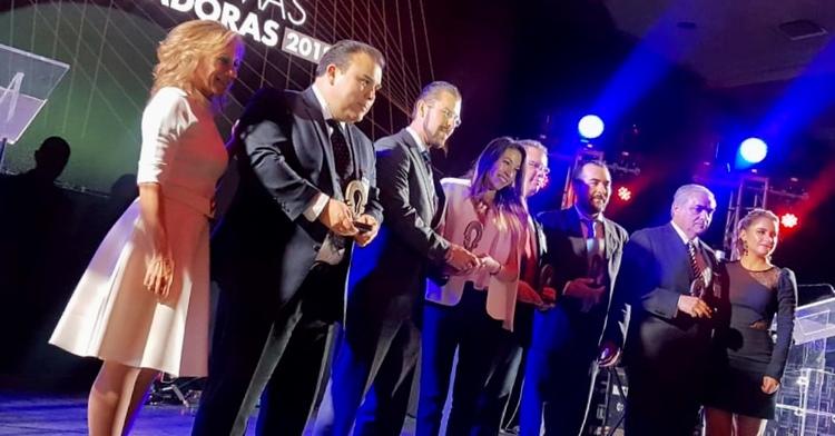 Imagen de personas recibiendo el premio.