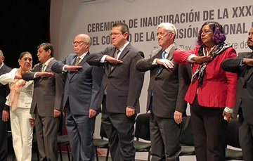 Personas en la ceremonia de inauguración de la treinta y tres Sesión Ordinaria del Consejo Mexicano de Arbitraje Médico