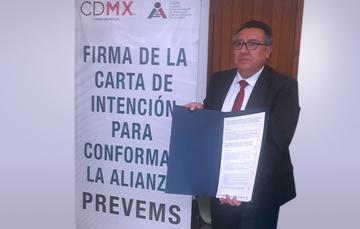 Remigio Jarillo mostrando la carta de intención