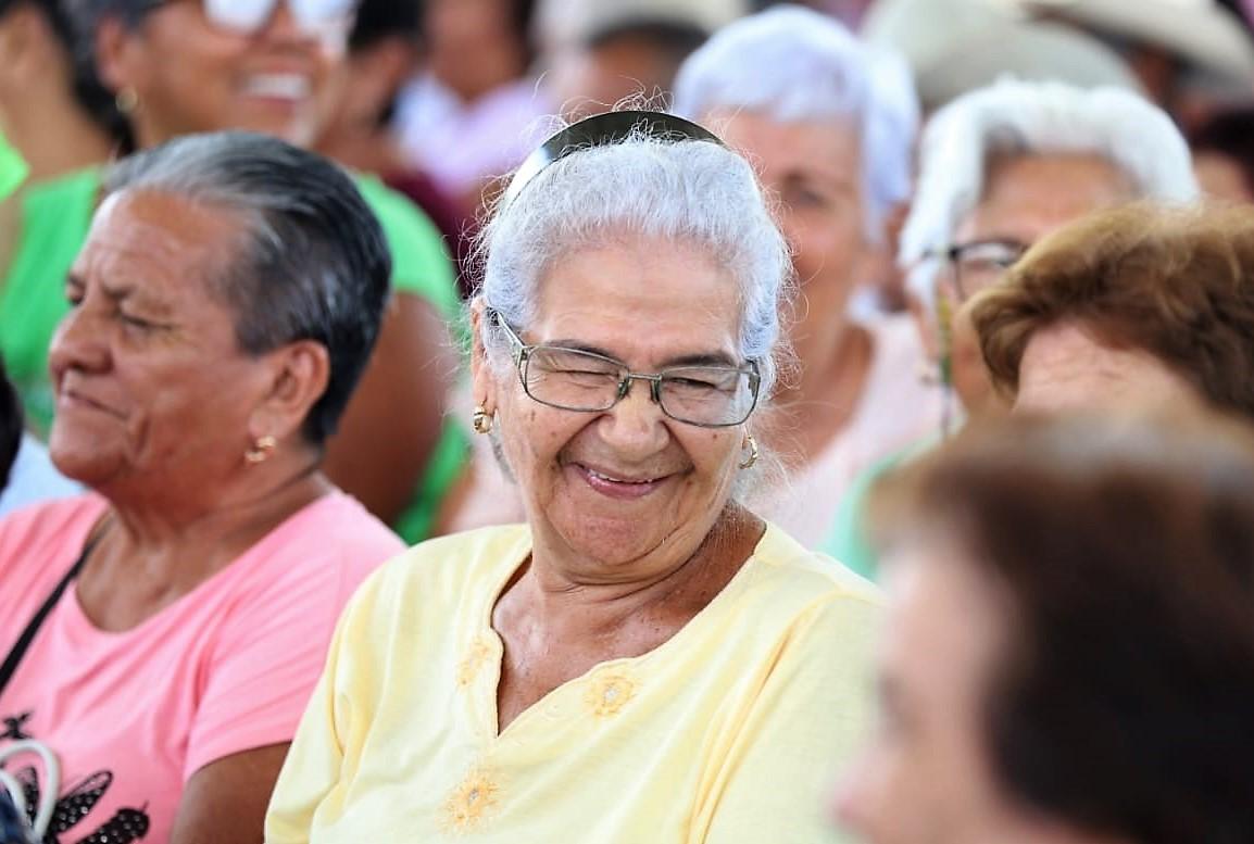 Mujer adulta mayor sonriendo en medio de un evento
