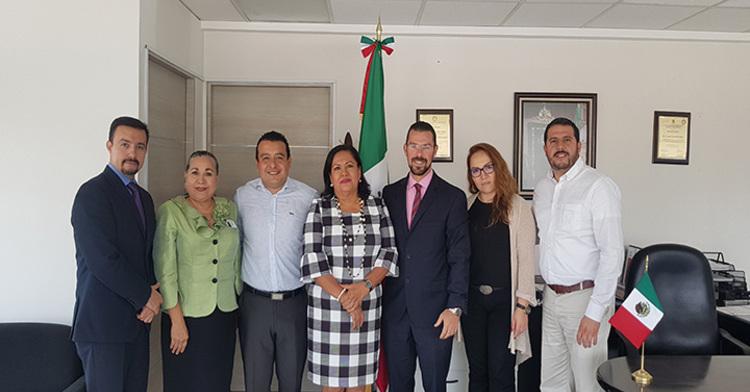 En tal reunión, la Profa. María Inés Huerta Pegueros entregó al titular de la DGRNPIP la contabilización y certificación del Acervo Registral de su estado.