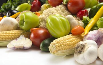 Verduras de distinta variedades sobre una mesa